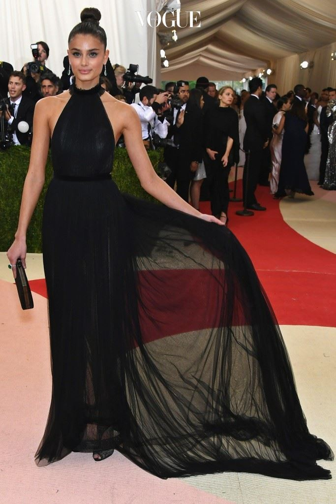 2016 맷 갈라(Costume Institute Gala at Metropolitan Museum of Art)에 초청될 정도로 패션계의 인정을 받게 된 거죠.