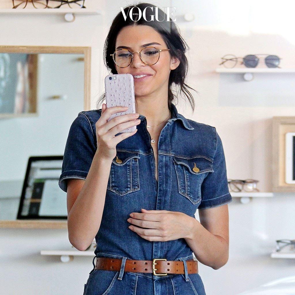 안경을 패션 소품으로 활용한 스타들의 데일리 룩! 켄달 제너(Kendall Jenner)