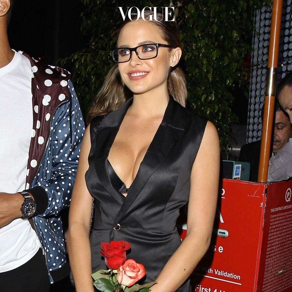 특별한 날을 위해 드레스업을 할 때 안경을 믹스 앤 매치 패션으로 적용하기도 하고 마라 타이겐(Mara Teigen)