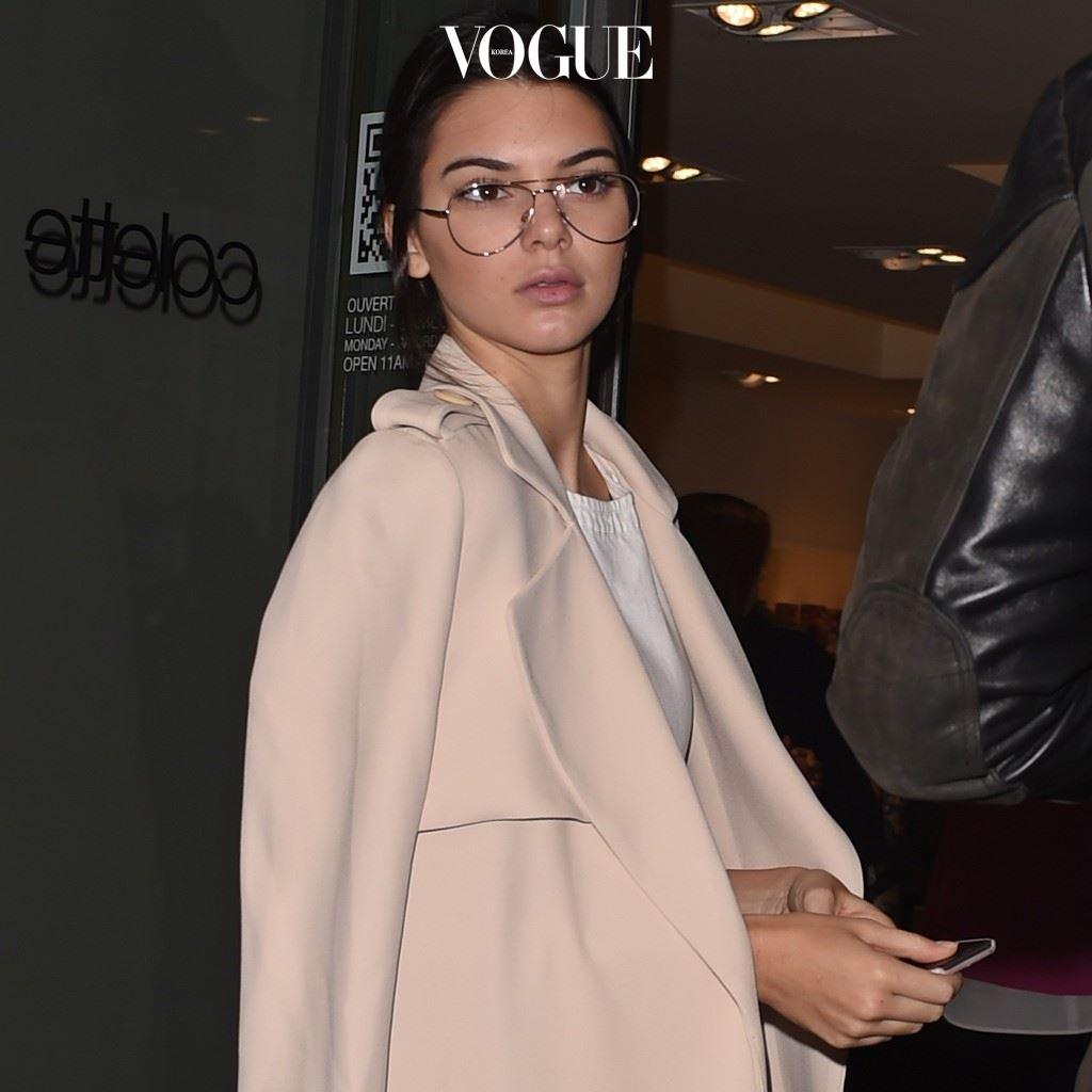 보잉 선글라스 테를 안경으로 활용해 매니시한 매력을 더하기도 하고 켄달 제너(Kendall Jenner)