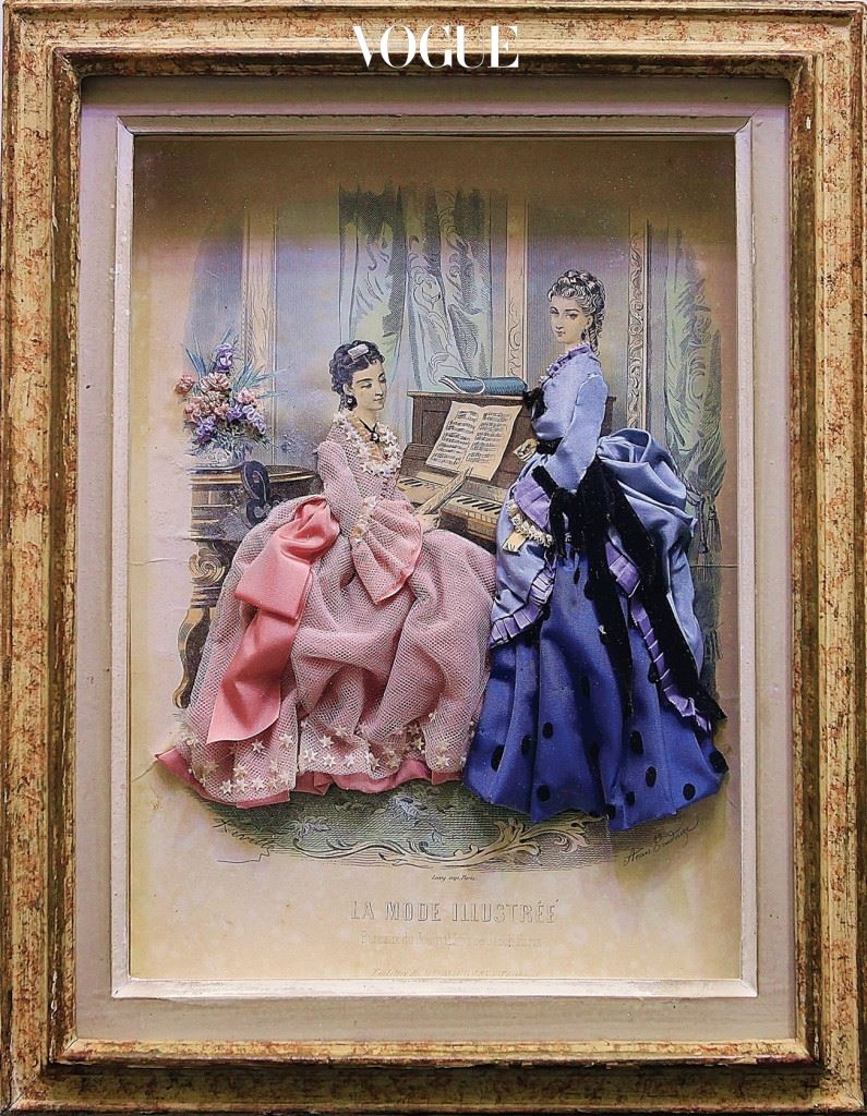 17세기부터 프랑스에 존재한 패션 '돌'은 400년 이상 옷 샘플을 보여주는 용도로 사용됐다. 19세기 후반 '라 모드 일러스트레(La Mode Illustrée)'라는 정기간행물이 등장하면서 그 역할을 대신하게 됐는데, 여자들은 취미 삼아 마음에 드는 판화 그림 위에 자투리 천으로 옷을 지어 입히곤 했다.