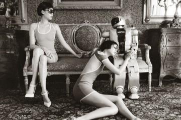 왼쪽 모델이 입은 컷아웃 미니 드레스는 디스퀘어드2(Dsquared²), 선글라스는 티피카(Typica), 스웨이드 스트랩 힐은 톰 포드(Tom Ford). 오른쪽 모델이 입은 베어백 미니 드레스는 디스퀘어드2, 선글라스는 티피카, 레오퍼드 스틸레토 슈즈는 슈콤마보니(Suecomma Bonnie).