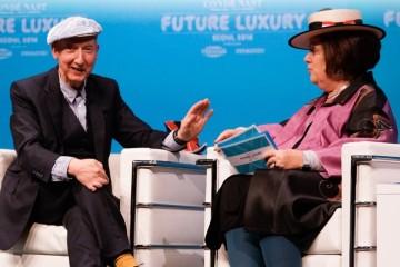 스테판 존스가 서울에서 열린 컨데나스트 인터내셔널 컨퍼런스 두번째 날에 모자의 영원한 매력과 그 유혹에 대해 수지 멘키스와 이야기를 나누고 있다.