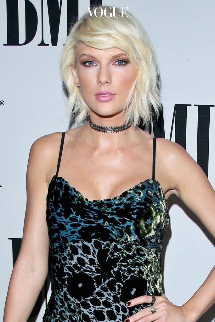 마치 바비인형의 금발머리를 보는 듯한, 눈이 부실 정도로 밝은 블론드 헤어에! 테일러 스위프트(Taylor Swift)
