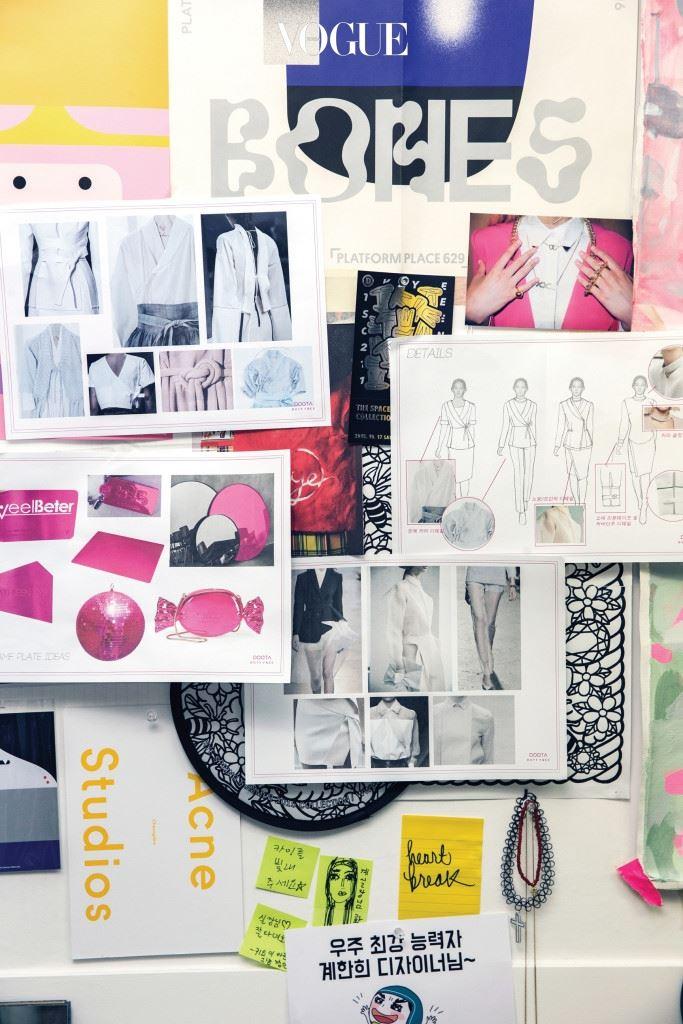 """""""패션 디자이너들에게 유니폼 제작은 모험과 도전 그 자체예요."""" 5월 초 두산 면세점 유니폼을 디자인한 계한희는 지루한 유니폼을 탈피하기위해 다양한 디테일을 적용했다. """"기업 이미지를 대변하는 유니폼에 디자이너의 정체성과 철학을 고스란히 담기란 불가능해요. 처음부터 모든 가능성을 열어뒀고, 시작은 매일 입는 직원들을 위한 배려가 우선이었죠. 그래서 배기 팬츠와 운동화 같은 단어가 두산그룹과 오갔습니다. 하지만 체형과 피부색, 스타일이 전부 다른 불특정 다수를 위해서는 과감한 결단력이 필요했어요. 배기 팬츠는 랩 형태의 와이드 팬츠로 변형됐고, 운동화는 플랫폼 슈즈를 변형한 슬립온으로 최종적으로 바뀌었죠."""" 아울러 실용적으로 입을 수 있는 니트 카디건을 추가했다고 그녀는 덧붙였다."""