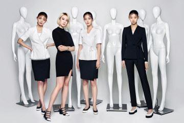 규격화된 디자인에 깐깐한 용모 가이드를 더해 복제 인간처럼 보이는 유니폼. 하지만 디자이너들의 감각적 터치를 더해 새로운 패션 장르로 거듭나고 있다. 디자이너 계한희와 두산 면세점이 만난 유니크한 유니폼 이야기.