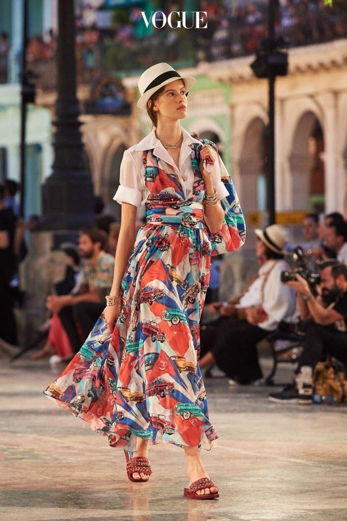 빈티지 자동차 무늬로 가득했던 드레스.