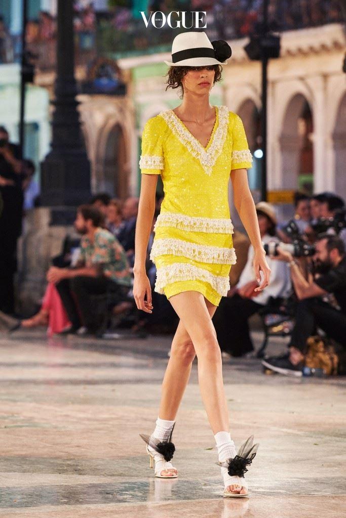 연약한 샌들과 매치된 신선한 여름 드레스.