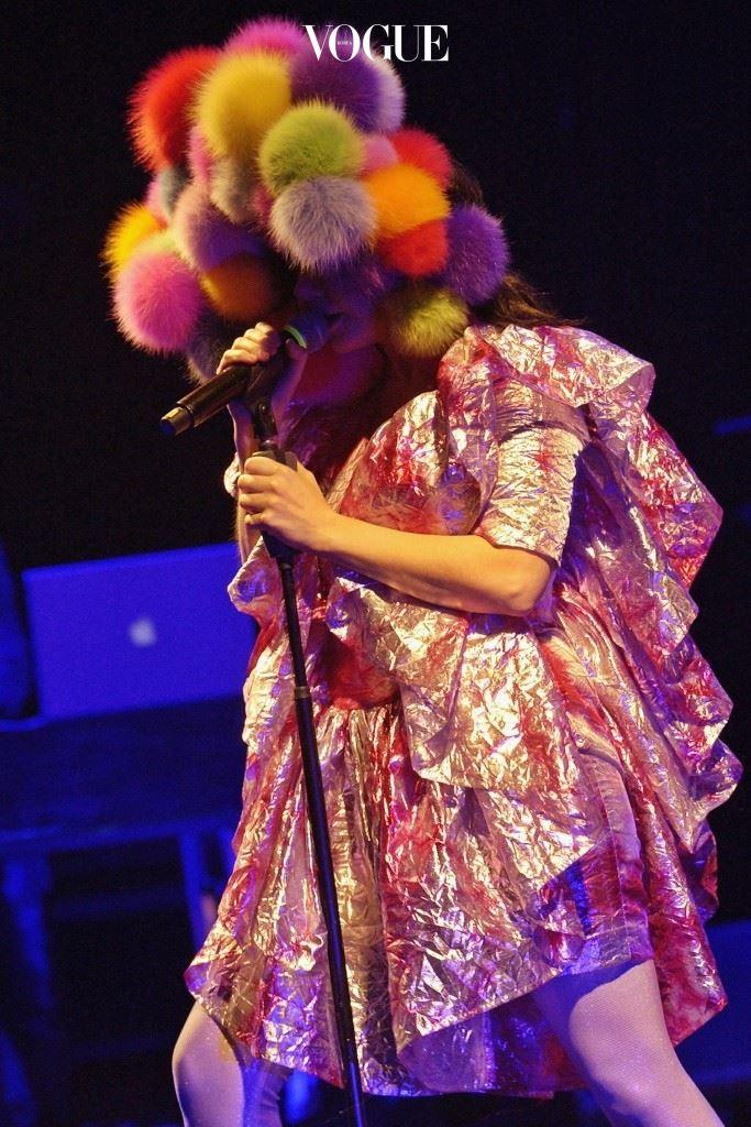 무대 의상이나 행사할 때 입는 약간은 오버스럽고 조금은 우스꽝스러운 느낌. 비요크(Björk)
