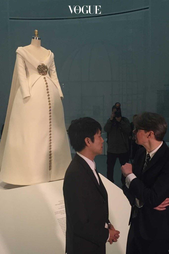 이번 전시회의 큐레이터인 앤드류 볼튼(오른쪽)이 OMA의 건축가 쇼헤이 시게마츠 및 전시 디자이너들과 대화를 나누고 있다.