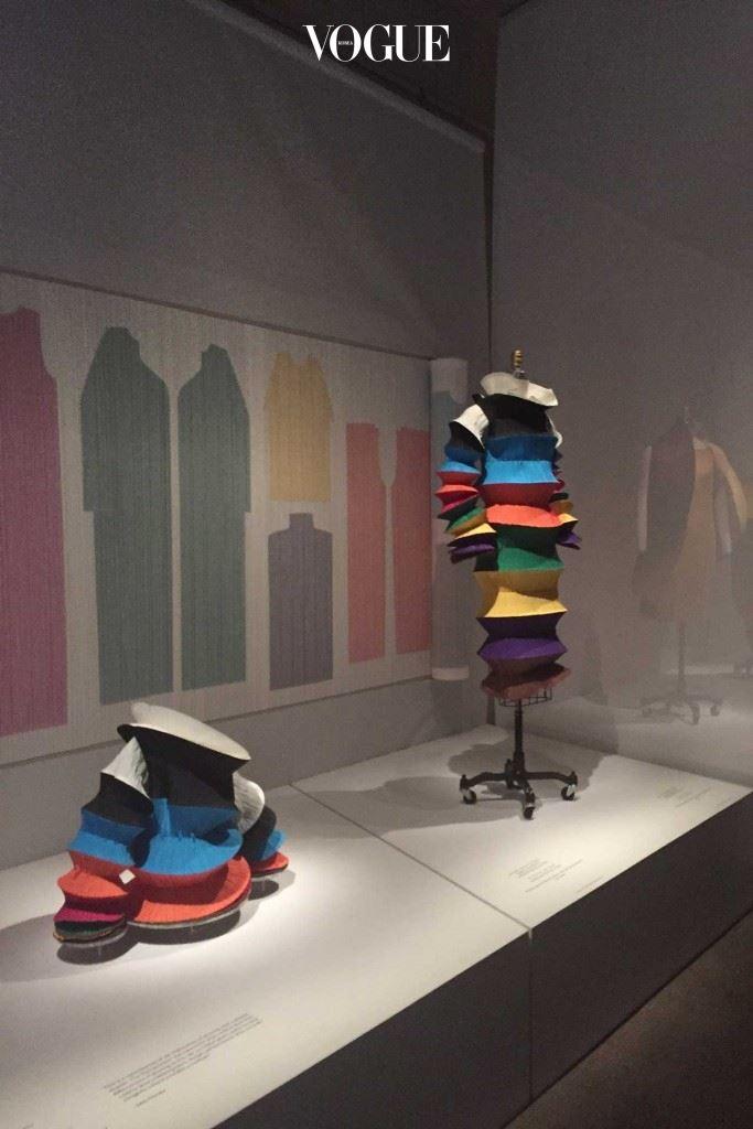 1994년도 S/S 프레타포르테 컬렉션의 '플라잉 소서(Flying Saucer)' 드레스를 포함한 이세이 미야케 전시 (출처:미야케 이세이 파운데이션).