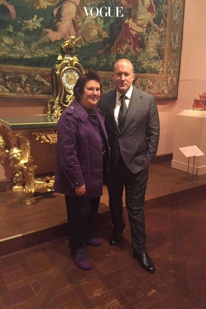 메트로폴리탄 미술관에서 수지 멘키스와  전시를 후원한 애플의 조니 아이브.