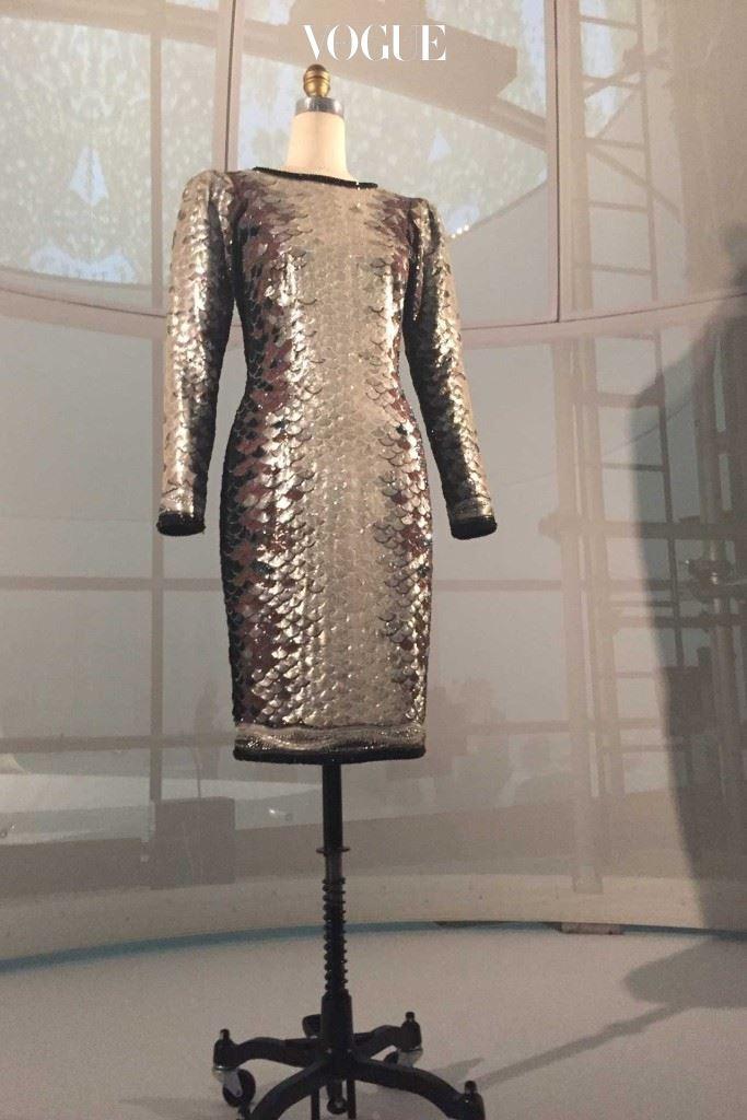 """1960년대 입생 로랑은 메종 르 사즈(Maison Lesage)와 컬래버레이션을 통해 """"우주시대(Space Age)"""" 컬렉션을 선보였다."""