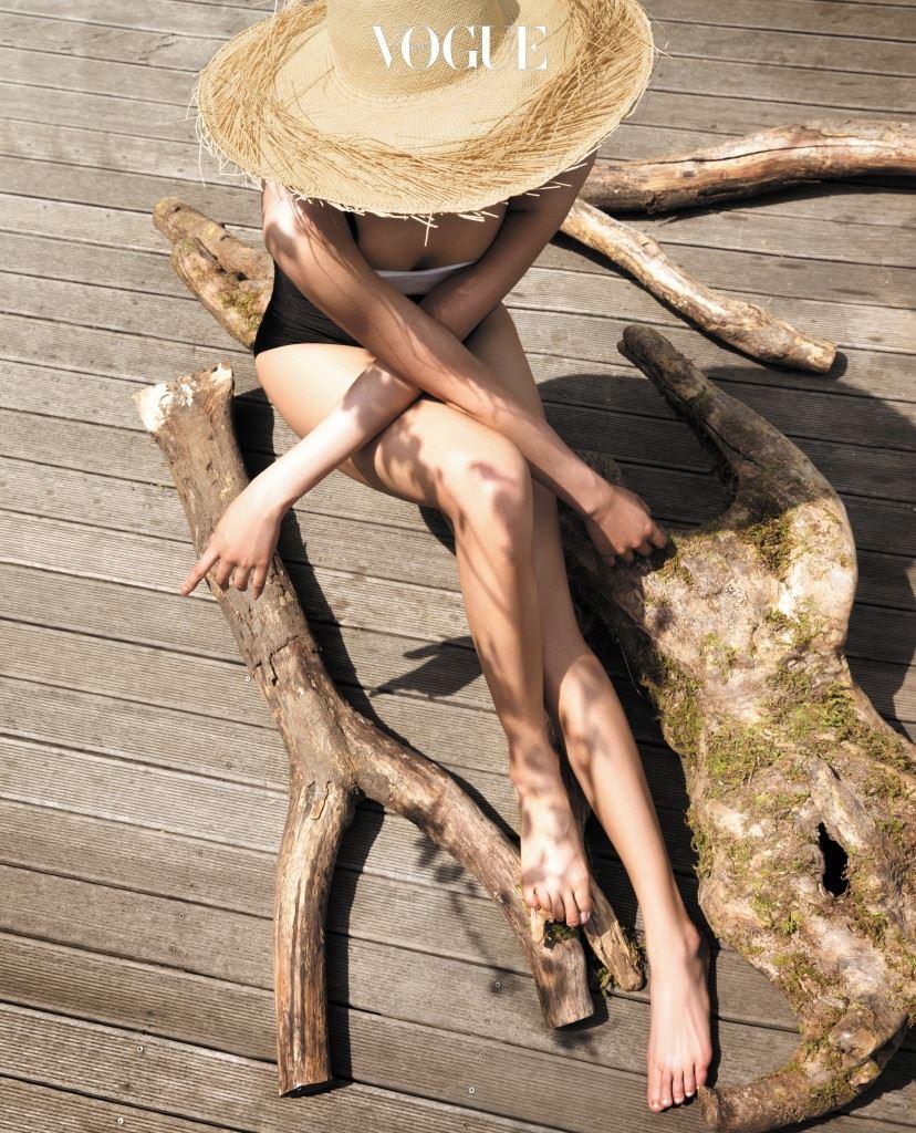 Multi Function Deodorant 데오도란트는 겨드랑이가 땀으로 흥건히 젖어 균이 번식하기 좋은 환경이 되지 않게 돕거나 박테리아 자체를 살균하는 것을 목적으로 한다.  갑자기 신발을 벗어야 하는 난감한 상황, 막힌 구두 때문에 습해진 발에서 스멀스멀 냄새가 피어오를 때 쓰면 더할 나위 없이 위생적. 그리고 데오도란트 쇼핑 시에는 브라이 트닝 기능을 갖췄는지 체크하길. 이니스프리 '내추럴 데오 브라이트닝 롤온'처럼 제모로 쉽게 착색되는 부위를 환하게 케어하는 효과가 있다면 거리낌 없이 '만세'를 외칠 수 있는 자신감을 덤으로 얻게 될 테니까.