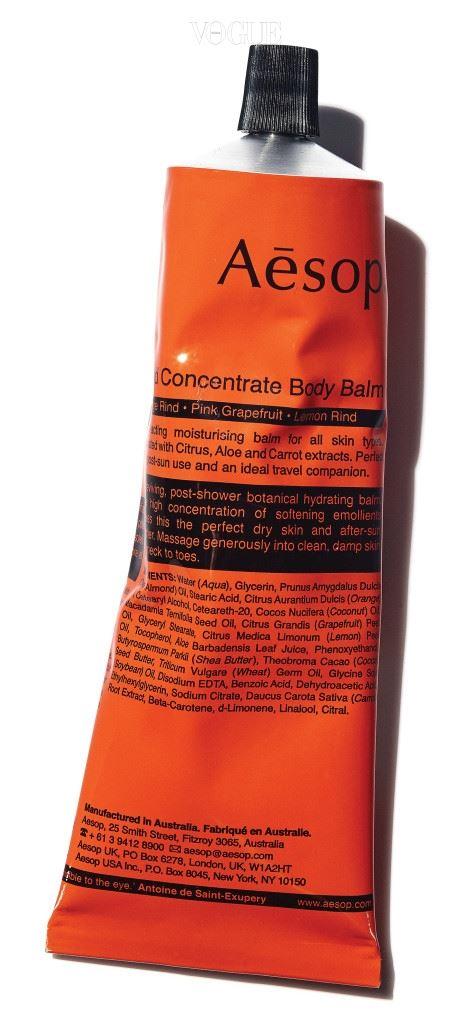 Aroma Shower  축축 늘어지는 여름에 필요한 향은 바로 시트러스. 레몬, 오렌지, 베르가모트 같은 감귤류가 풍 기는 상큼함은 지친 심신에 에너지를 불어넣는 효과가 있다.  아침에는 약간 시원 하다고 느껴지는 온도의 물로 시트러스 샤워 젤을 사용해 샤워하길. 낮 동안에도 이솝 '라인드 컨센트레이트 바디 밤' 같은 감귤 향 모이스처라이저를 핸드크림으로 쓰면 된다. 저녁 샤워에는 라벤더 향을 추천한다. 심신의 균형을 잡아 잠이 잘 오게 만들 테니까. 단, 열을 식히고자 지나치게 차가운 물로 씻으면 체온이 떨어져 후에 오히려 열이 오르게 된다. 물 온도는 약간 따뜻한 정도로!