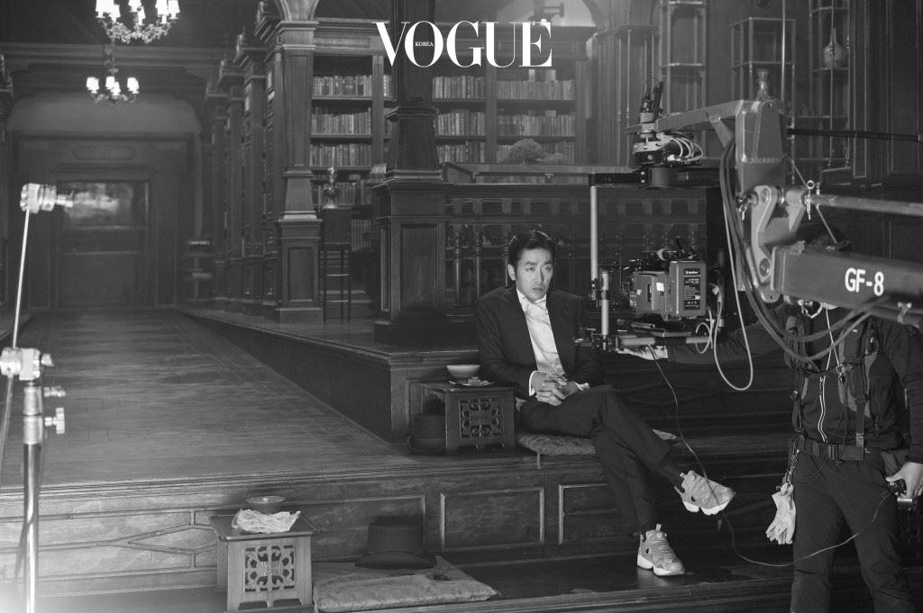 세상에 선보이기 전부터 는 화제의 중심에 있었다.  이후 7년 만에 한국에서 찍은 작품, 박찬욱을 칸에 세 번째로 입성시킨 작품 등등. 하지만 개인적으로 더 흥미로운 것은 곧 출간될 그의 사진집 (그책 출판사)의 존재다.