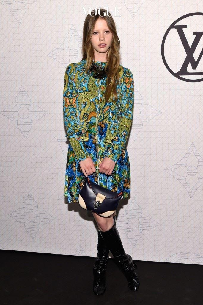 포토그래퍼 젬마 부스(Gemma Booth)의 눈에 띄어 15세 때 스톰 모델 에이전시와 계약한 미아는 영국 를 비롯한 다수의 매거진 모델로 활약했죠.