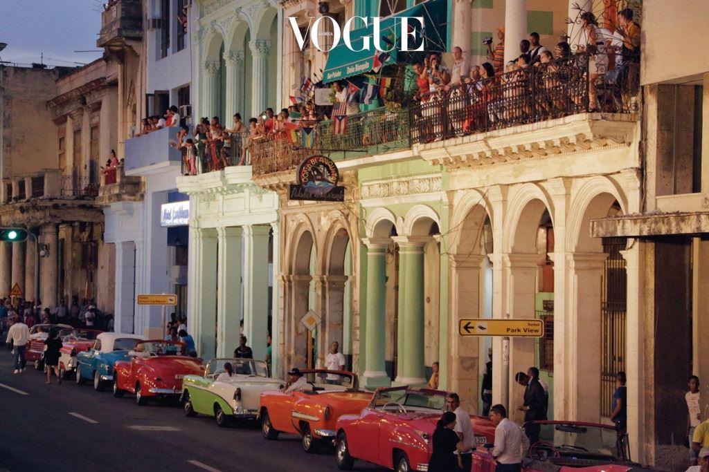 """'세상에 없는나라'이자 '인류학적  보고'인쿠바는 지금세상에서 가장뜨거운곳이되었다. 샤넬은역사적이고도역동적인 쿠바의도시아바나에서 2016/17크루즈컬렉션을 소개했다.변화의한가운데에서 일어난'패션사건'은헤밍웨이와 체게바라말고도쿠바를 설명할다른단어가필요한시대가 도래했음을상징한다. """"불가능한것을시도하지 않고는그어떤생생한예술도 있을수없다""""는샤넬의철학이 아바나를환히밝혔다."""