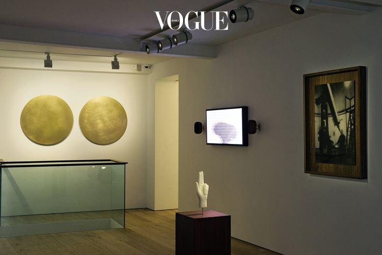 """페로탱 갤러리는 """"프랑스 아티스트로서 명확한 정체성을 띠면서도 주제와 방식면에서 두려움 없이 실험하는, 그야말로 이질적이지 않으면서도 이국적이고, 동시에 (국립현대미술관, 리움 미술관 등에서의 전시를 통해) 친숙한 한국 아트 신과도 잘 어울리는 작가""""라 판단했다. 회화, 영상, 조각, 사진 등 매체의 경계를 관통하는 다양한 작품은 공통적으로 로랑 그라소 특유의 다층적인 시간성과 공간성으로 직조되어 있는데, 이로써 관객은 불확실성으로 가득 찬 낯선 세계를 마주하게 된다."""