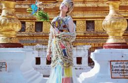 화려한 러플 장식이 돋보이는 골드 시스루 드레스는 YCH, 이너로 입은 컬러 블록 톱과 스커트는 이세이 미야케(Issey Miyake), 비즈 패치워크를 장식한 체인 백은 구찌(Gucci).