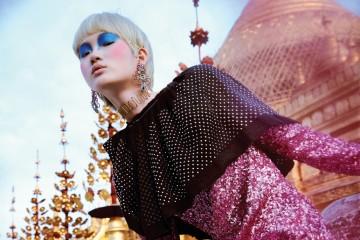 핑크 스팽글 드레스는 프리마돈나(Fleamadonna), 스터드 장식의 검은색 케이프는 루이 비통(Louis Vuitton), 비즈로 화려하게 장식한 귀고리는 구찌(Gucci), 초커는 지컷×빈티지헐리우드(G_Cut×Vintage Hollywood).
