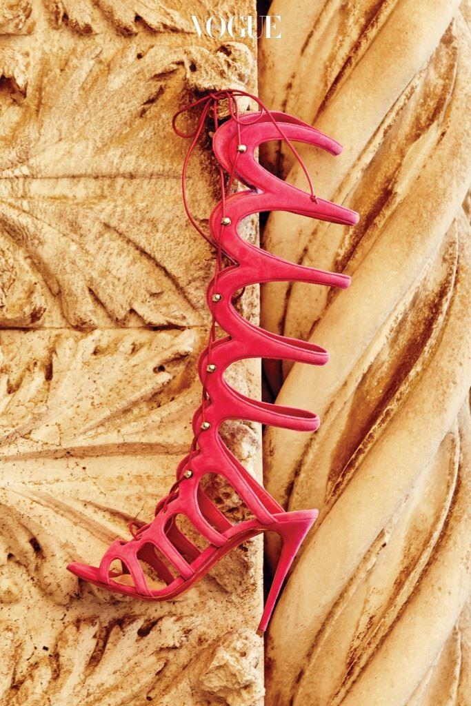 핫 핑크 컬러가 돋보이는 글래디에이터 샌들은 크리스찬 루부탱(Christian Louboutin)