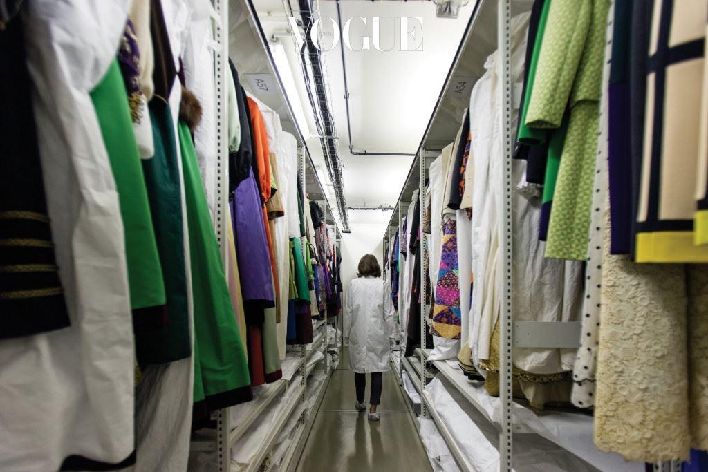 1974년 5번지 애비뉴 마르소가에 자리 잡은 스튜디오는 를 비롯한 유수 잡지의 편집장들과 룰루 드 라 팔레즈, 탈리타 폴게티 등 70~80년대의 패션 아이콘들이 드나들던 곳이다. 한때 136명에 달하는 꾸뛰르 아틀리에 장인들의 목소리로 분주했던 스튜디오는 이브 생 로랑이 마지막으로 아틀리에의 불을 끄고 나간 모습 그대로 남았다.