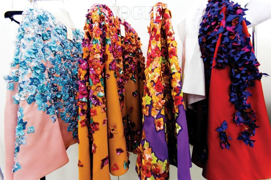 그 덕택에 1962년 꾸뛰르 무대에 올랐던 야상과 트렌치 코트, 1966년 발표된 최초의 르 스모킹 수트, 1965년부터 전개한 몬드리안 시리즈를 비롯한 팝아트, 고흐, 피카소 등의 예술 작품을 차용한 의상, 다양한 나라의 고유한 민속 의상에서 영감을 받아 선보인 최초의 민속 의상 시리즈 등 지금은 패션 역사의 일부가 된 의상은 오리지널 그대로 아카이브에 소장되어 있다.
