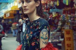LA 출신의 비주얼 아티스트인 제인 모슬리는 뎀나 바잘리아의 눈에 띄어 그의 첫 번째 발렌시아가 런웨이 쇼를 '익스클루시브'로 걸었다. 아카이브 속 꽃 프린트를 담은 남색 드레스와 붉은색 모피 코트가 그녀의 개성 강한 마스크와 잘 어울린다.