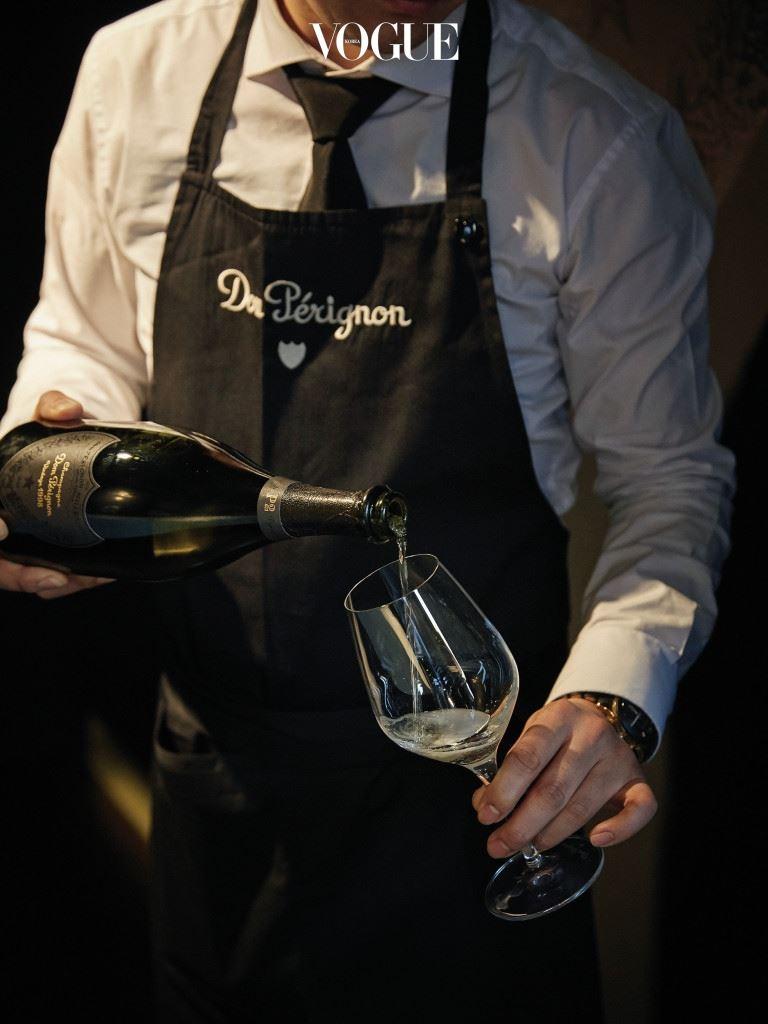 우선 와인의 네이밍에서 사연을 읽을 수 있다. 과거 돔 페리뇽은 셰프 드 카브인 리샤 지오프로이가 외노테크(와인을 모아 진열한 곳)에서 특정 빈티지 와인을 숙성해 만든 제품에 '외노테크'라는 라벨을 붙였다. 그러나 1998년 빈티지부터는 플레니튜드(절정, Plénitude)라는 이름을 붙였다. 'P2'는 '두 번째 절정(Second Plénitude)'이란 의미. P1에 다다르기 위해 와인은 최소 7년의 앙금 숙성을 거쳐야 하며, P2는 최소 12년 이상 기다려야 도달할 수 있다.