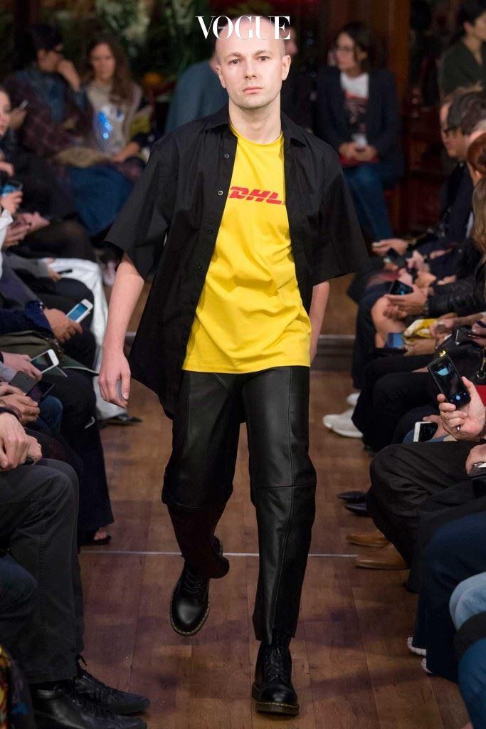 베트멍 2016 S/S  쇼에서 선보인  DHL 컬트 티셔츠.