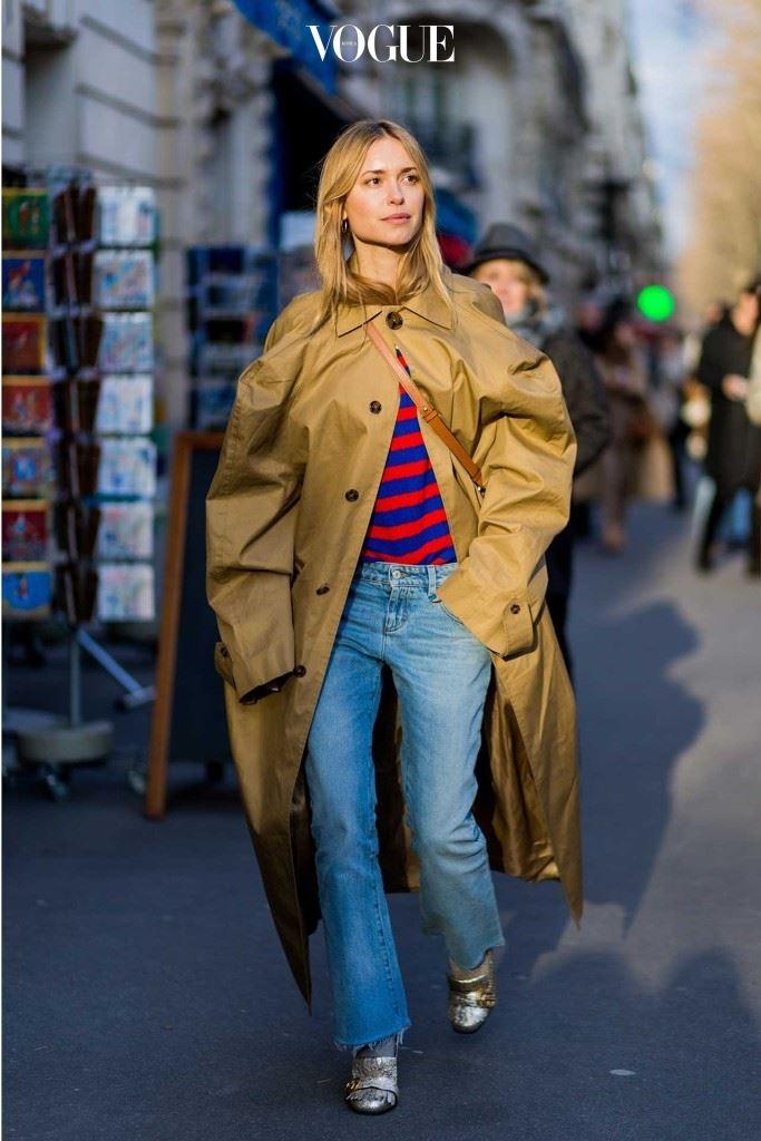스타일리스트 페르닐 테이스백(Pernille Teisbaek)이 베트멍의 코트를 입고 있다.