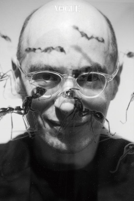 """경험과 실천에서 글 줄기를 뽑아내는 작가, 베르나르 베르베르는 자국인 프랑스보다 한국에서 유난히도 인기가 많다.  를 집필하면서는 실제 개미 동굴을 찾아갔고, 이번에 출간된 를 쓰면서는 본인이 과학과 이론을 접목해 야심 차게 쓴 신(新) 창세기에 몰두했다. 는 무려 여섯 권에 이르는 블록버스터급 장편소설이다. 그는 한국에 대한 애정을 담아 한국인 캐릭터를 삽입했고, 5월 13일 11시 기자간담회에 참석해 한국 기자단을 마중했다. """"인류의 멸망, 지구 그리고 우주의 탄생 속에 담긴 인공지능, 즉 A.I.의 비밀을 들여다보고 풀어보고 싶었다."""" 인류는 우주와 맥을 같이한다."""