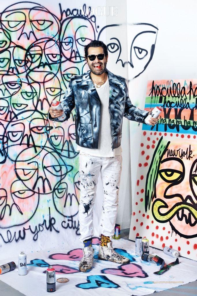 """스트리트 브랜드 '하쿨라'의 디자이너 하리프 구즈만(Harif Guzman)이 서울을 찾았다. 스튜디오 벽과 캔버스 가득히 그림을 쏟아낸 그는 한숨 돌린 뒤 말을 이었다. """" 촬영을 위해 그린 그림의 주제는 'Fun Street New York'입니다."""" 사진 왼편에 보이는 퀭한 눈의 캐릭터는 'Dark Ages'로도 알려진 그의 트레이드마크(지디의 '쿠테타' 뮤직비디오에도 나온 적 있다).  촬영 내내 입고 있던 가죽 재킷 역시 그의 또 다른 캔버스. 물감을 뿌리고 스프레이로 정교하게 작업한 가죽 재킷은 아트 피스로서 전 세계에 전시된다. """"상실감, 행복, 사랑. 뭔가 말할 게 있는 사람들은 하쿨라를 즐기세요!"""""""