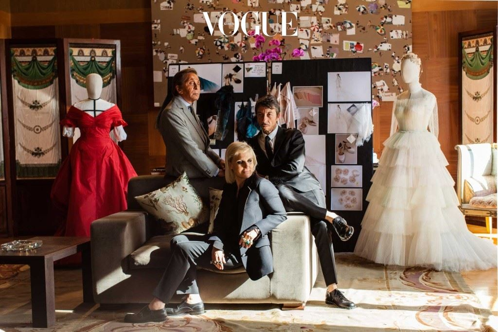 alentino with his successors at his label, Maria Grazia Chiuri and Pierpaolo Piccioli. All three were involved in the making of costumes for La Traviata, produced by Valentino and Giancarlo Giammetti for the Fondazione Valentino Garavani 발렌티노와 발렌티노를 성공적으로 이끄는 듀오, 마리아와 피에르. 이 트리오가 의 코스튬 디자인 완성을 가능하게했다.