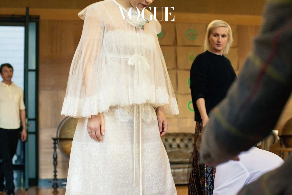 비올레타의 변화된 감정을 대변하는 듯해 보였던 나이트 가운 드레스.