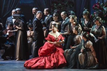 발렌티노가 특별 디자인한 빨간 드레스. 그녀의 친구들은 검정 빛드레스 장치로 시선을 돌렸다.