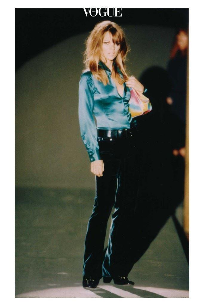 케이트 모스가 1995-1996 구찌 F/W 컬렉션에서 벨벳 팬츠를 입고 있다.