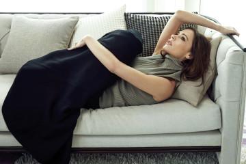 옅은 카키 컬러의 터틀넥 스웨터는 메종 마르지엘라(Maison Margiela), 종 모양으로 펼쳐지는 검정 롱스커트는 발렌시아가(Balenciaga).