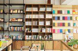 """유희경 시인이 신촌에 시집 책방 '위트앤시니컬'을 오픈한 이유 중 하나다. """"제가 원하는 형태로, 즐겁게 책방을 만들고 싶었죠."""""""