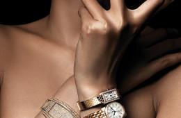 태닝한 손목을 관능적으로 감싸는 금빛 시계. 7월의 태양만큼 눈부신 골든 서머 타임! (왼쪽 위부터)다이아몬드 장식의 토노형 핑크 골드 시계는 피아제(Piaget), 체인 스트랩이 특징인 핑크 골드 시계는 불가리(Bulgari), 화이트 다이얼에 나비 패턴을 장식한 레드 골드 시계는 오메가(Omega).  (오른쪽 위부터)다이아몬드 세팅의 18K 핑크 골드 미니 사이즈 시계는 까르띠에(Cartier), 선명한 숫자 인덱스가 특징인 핑크 골드 시계는 예거 르쿨트르(Jaeger-LeCoultre), 28mm 블랙 래커 다이얼의 옐로 골드 시계와 향수는 샤넬(Chanel), 다이아몬드 세팅 베젤과 사파이어 장식 크라운이 특징인 18K 핑크 골드 시계는 까르띠에.