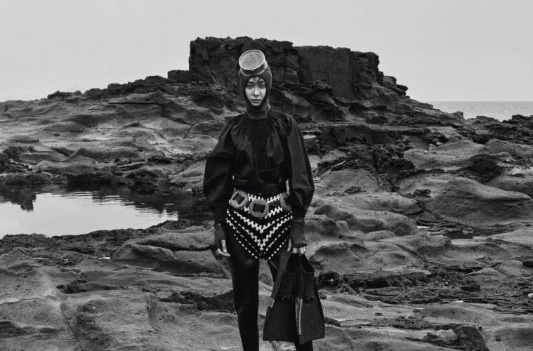 블랙 하이넥 블라우스는 펜디(Fendi), 기하학 패턴의 쇼츠는 커밍스텝(Coming Step), 벨트는 에르메스(Hermès), 로고 슬리퍼는 푸마(Puma).