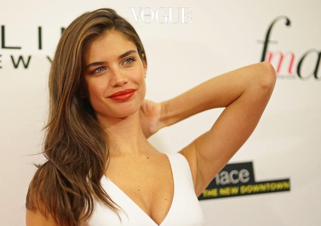 16세가 되던 2007년, 포르투갈의 헤어 모델 콘테스트에 등장해 우승을 거머쥔 그녀는