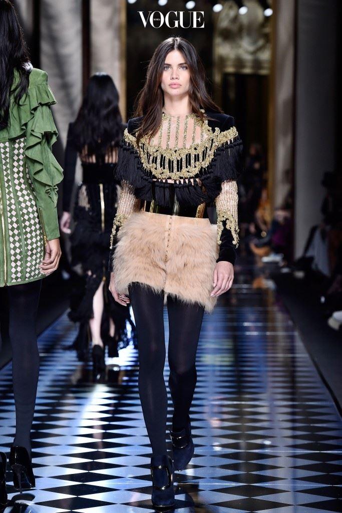 16F/W 패션위크 때 발맹과 미우 미우를 비롯 다수의 런웨이에 환상적인 몸매를 선보인 그녀지만