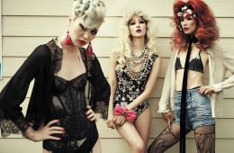 왼쪽 모델이 입은 레이스 슬립 카디건은 샤넬(Chanel), 시스루 블랙 뷔스티에는 캘빈 클라인 언더웨어(Calvin Klein Underwear), 이너로 입은 스팽글 원피스 수영복은 라펠라(La Perla), 태슬 귀고리는 H&M. 가운데 모델의 프린트 수영복은 에스카다(Escada), 진주 목걸이는 디올(Dior), 손목에 감은 핫 핑크 리본 장식은 라다(Rada at Bbanzzac). 오른쪽 모델의 반짝이 블라우스와 길게 늘어지는 벨벳 초커는 YCH, 비키니 톱은 올세인츠(AllSaints), 양옆을 퀼팅 처리한 하이웨이스트 쇼츠는 피에르 발맹(Pierre Balmain), 꽃 장식 망사 베일은 디올, 레이스 스타킹은 샤넬.
