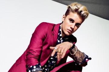 어느 오후, 비버와 나는 그가 살고 있는 베벌리힐스 호텔 옥상에 있는 개인 카바나에 앉아 있었다. 저스틴 비버(Justin Bieber)는 2년 전 이웃과 갈등을 빚는가 하면 경찰과 숱한 충돌을 겪은 후 침실 여섯 개짜리 칼라바사스 맨션을 클로에 카다시안에게 팔고 이 호텔로 이사했다. 비버는 체격이 자그마했고 양팔에 문신이 가득했다. 양옆을 짧게 자르고 윗부분을 탈색한 후 짧은 포니테일로 묶은 머리는 회색 슈프림 비니로 가렸다. 그리고 카페오레 색상의 이지 부스트를 신고 있었다. 길이가 각각 다른 검정 스웨트셔츠를 겹쳐 입었고 거기에 2,590달러에 달하는 낡은 가죽 팬츠를 입었다. 수영장 옆에서 쉬고 있는 다른 사람들이 옷을 입고 있었다면 그는 패션을 입고 있었다.