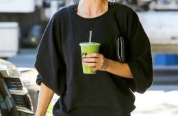 로지 헌팅턴 휘틀리(Rosie Huntington-Whiteley) 물 + 케일, 셀러리, 사과, 오이, 레몬즙 매일 집에서 주스를 만들어 마신다는 그녀. 몸매 관리 비법은 바로 이거였네요!