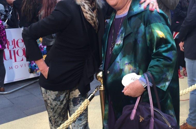 조안나 럼리와 수지 멘키스.