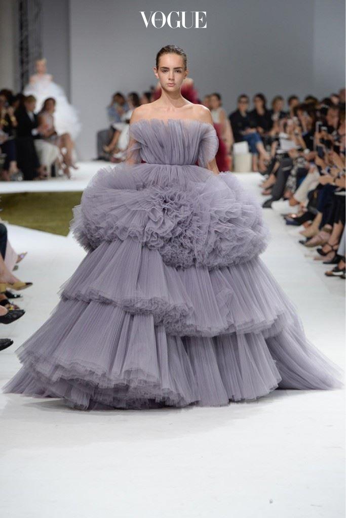 러시아 제국의 부유함을 보여주는 듯한 풍성한 플리츠 드레스.