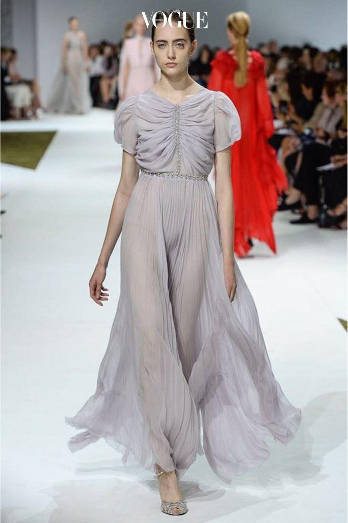 실크 시폰으로 만들어진 시적인 드레스.
